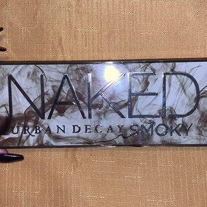 ✨Urban Decay Naked Smoky eyeshadow palette